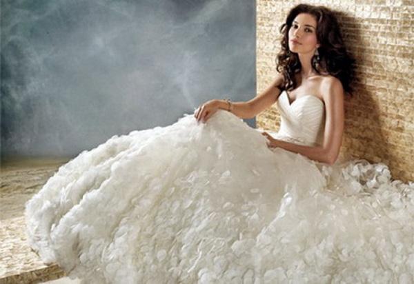 Пышные свадебные платья с корсетом характерны для бального силуэта и силуэта типа Шар. Большой легкостью и воздушностью обладают платья из фатина
